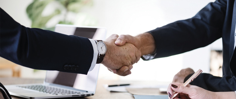 Håndtryk mellem to mænd